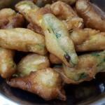 bastoncini di zucchine pastellate, con esubero di pasta madre liquida
