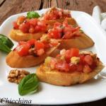 Bruschette con pomodoro e noci