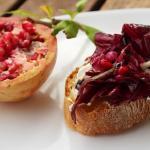 Bruschette con radicchio, finocchio, melograno e aceto balsamico