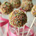Cake pop arcobaleno con aroma alla vaniglia