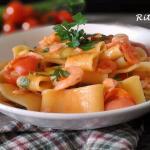 Calamarata con salmone, gamberetti e zucchine