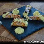 Cannoli d'ananas con crema pasticcera al cioccolato bianco e pistacchi