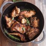 Coniglio con pancetta e spezie