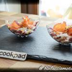 Coppetta di salmone bicolore con insalata di radicchio e salsa allo yogurt