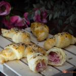 cornetti salati di sfoglia con prosciutto cotto e scamorza