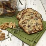 cracker integrali con noci, uvetta e rosmarino
