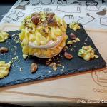 cream tart con base di meringa, farcita con crema pasticcera e pistacchi di bronte
