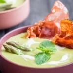 Crema asparagi piselli menta e speck croccante