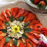 crostata con confettura , frutta e lamelle di mandorle