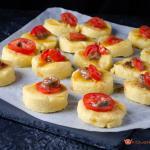 crostini di polenta con pomodori e alici piccanti
