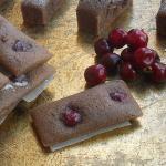 financier superleggeri alle ciliegie con cacao speziato