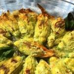 fiori di zucca ripieni di zucchine, patate e groviera
