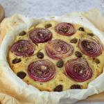 Focaccia con cipolle rosse e olive taggiasche