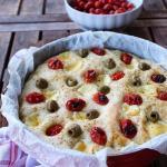 Focaccia con olive, pomodorini e formaggio