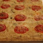 Focaccia di pane raffermo con formaggio, olive e pomodorini