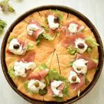 Focaccia gourmet con prosciutto crudo dop stracciatella pugliese e olive taggiasche