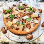 Focaccia rustica con farina integrale, salsiccia, champignon e grana stagionato