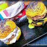 Hamburger di trota al forno con panini al curry