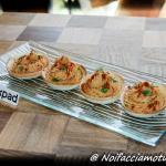 Hummus di ceci in cestini di pane bianco