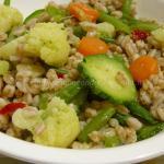 Insalata di farro, piselli e lenticchie con verdure