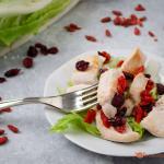 Insalata di pollo con goji e mirtilli rossi