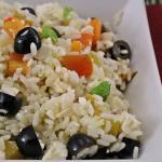 Insalata di riso con peperoni, feta e olive