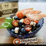 Insalata di riso venere con zucchine marinate, pomodorini, feta, olive nere, mirtilli e salmone scottato