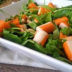 insalata di surimi con rucola e mandorle