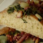 Lingue di focaccia con bietole, pancetta e scamorza