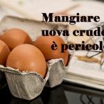 Mangiare uova crude è davvero pericoloso?