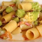 Mezze maniche con broccolo romanesco, pancetta e taleggio