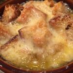 Minestrone con pancetta e pane casereccio gratinato in forno