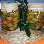 Olive verdi  in salamoia  schiacciate e condite sott'olio.