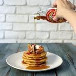 Pancakes al farro, fichi, yogurt greco e bacon