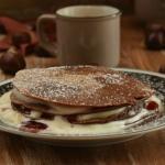 Pancakes di castagne con panna e mirtilli rossi