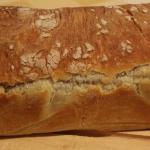 Pane rustico con asiago, wurstel e olive