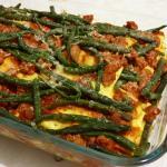 Pasta al forno con salsa di pomodoro, salsiccia e fagiolini