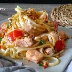 pasta con salmone, pomodorini e pistacchi
