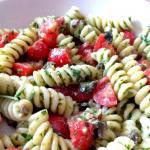 pasta fredda al pesto di rucola,olive nere e pomodorini - le ricette di max
