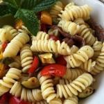 pasta fredda con peperoni, acciughe e altre bontà