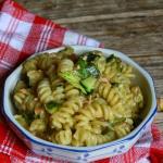 Pasta zucchine , salmone al pepe nero  in tranci affumicato e cipolla bianca