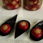 Peperoncini tondi piccanti, ripieni con tonno e olive verdi