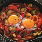 Peperoni in padella con uova zucchine e pomodori