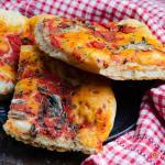 Pizza alla marinara con acciughe in teglia