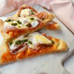 Pizza con chutney di pesche prosciutto e burrata