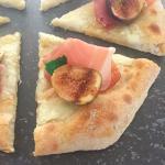 pizza con crudo di modena e fichi grigliati