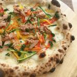 pizza con julienne di verdure e tonno siciliano