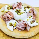 Pizza con mortadella burrata e pistacchi gluten free