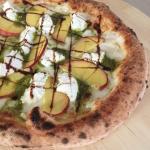 pizza con pesche, ricotta e pesto