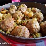 polpette in umido con piselli e patate